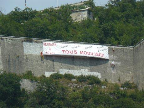 Tous mobilisé banderolle à la Bastille grenoble (Isère) juillet 2010